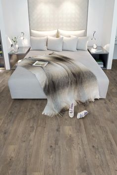 Vinyl flooring that looks like wood, can present some advantage compared with a flooring wood, easier maintenance for a similar look but cannot have the same beautiful wood texture - Dream Homes Home Bedroom, Bedroom Decor, Master Bedroom, Light Bedroom, Luxury Vinyl Flooring, Floor Colors, Bedroom Flooring, Suites, Luxurious Bedrooms