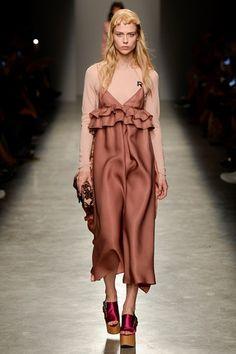 Guarda la sfilata di moda Rochas a Parigi e scopri la collezione di abiti e accessori per la stagione Collezioni Primavera Estate 2017.