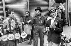 """ukuleles in """"Mexico City"""" 1941, by Helen Levitt"""