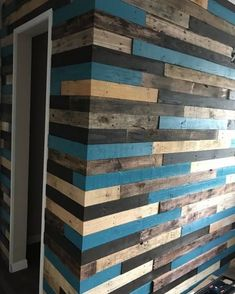 pallet wall event - Interior walls of house made of recycled pallet wood. Welcome to a new collection of handmade decor featuring Inspirational Handmade Pallet Wall Decor Ideas To Show Off Your Creativity. Pallet Wall Decor, Pallet Walls, Palet Wood Wall, Palette Deco, Plank Walls, Diy Pallet Projects, Pallet Ideas, Garden Projects, Wood Projects