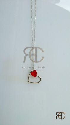 Colar com fio e coração prateados e coração vermelho em cristal swarovski - Rochas e Cristais