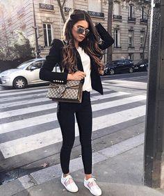 Blazer negro, pantalon negro, tenis blancos outfit