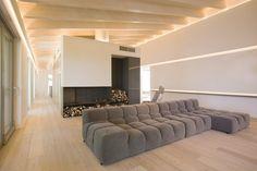 A Minimal Home In Italy: Casa Sulla Collina by Menichetti+Caldarelli Minimalist Fireplace, Minimalist Living, Sofa Design, Furniture Design, Hospital Design, Minimal Home, Luxury Sofa, Contemporary Interior Design, Modern Design