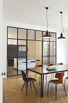 La verrière permet de séparer la cuisine de la salle à manger tout en profitant de l'espace.