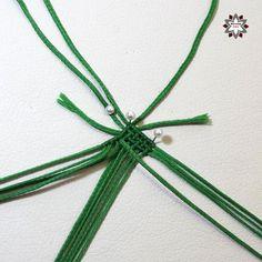 Tutorial: Grid pattern bracelet – Macramotiv Macrame Necklace, Macrame Jewelry, Macrame Bracelets, Diy Friendship Bracelets Patterns, Macrame Projects, Micro Macrame, Mandala, Projects To Try, Paper Crafts