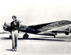 AMELIA EARTH è la prima donna a volare sul continente nord americano e ritorno. La prima a volare non stop sull'Atlantico. La prima in assoluto, l'11 gennaio 1935, a volare in solitaria da Honolulu nelle Hawaii a Oakland in California. Nel 1929 è la prima a promuovere la diffusione del trasporto aereo civile. Una pioniera. Nelle idee e nel volo. Anche nel volo della vita. Circumnavigare il globo. È una sfida. L'ultima. Quella che si chiuderà il 2 luglio 1937 mentre sorvolava il Pacifico
