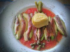 Aguacate con Anchoas y Tomate natural. Ver receta: http://www.mis-recetas.org/recetas/show/83881-aguacate-con-anchoas-y-tomate-natural