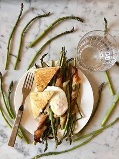 Piatto unico e di stagione.  Si prepara velocemente e mentre gli asparagi cuociono nel forno, tu puoi dedicarti alla preparazione delle uova. Solo, non dimenticare il pane! Pane, Tortellini, Camembert Cheese, Dairy