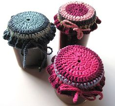 Get the tutorial to crochet these great jam pot covers. They're especially cute if you're giving a gift in a jar, whether it's jam or something else. Crochet Cozy, Crochet Gifts, Crochet Hooks, Crochet Coaster, Crochet Decoration, Crochet Home Decor, Crochet Headband Pattern, Crochet Patterns, Crochet Jar Covers
