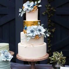 This beautiful use of gold. | 24 Of The Most Beautiful Wedding Cakes Of 2014