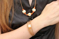 Collier et bracelet assortis avec des perles en bois Bracelets, Necklaces, Crafts To Do, Crochet, Projects To Try, Beads, Woodwind Instrument, Jewerly, Ganchillo