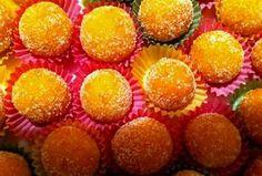 Ήταν το αγαπημένο μου γλυκό όταν ήμουν μικρή. Τα έφτιαχνε η μητέρα μου με τις φλούδες των πορτοκαλιών που τρώγαμε, ώστε να μη πεταχτεί τίποτα και από αυτό το τίποτα να προκύψει κάτι εξαιρετικό.