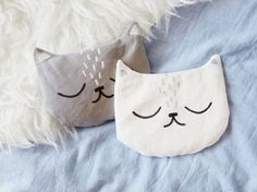 "DIY-Anleitung: Süßes Körnerkissen in Katzenform nähen via DaWanda.com - schon gespeichert unter ""Körnerkissen Katze - Schnittmuster von DaWanda"""