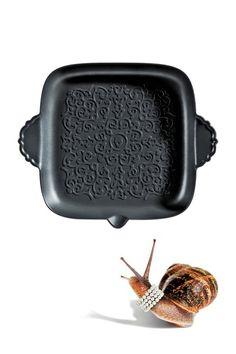 Vanaf nu kun je de pannen tijdens etentjes gewoon op tafel zetten. Dutch Designer Marcel Wanders ontwierp voor de Italiaanse designfabriek Alessi namelijk een sierlijke serie potten en pannen.