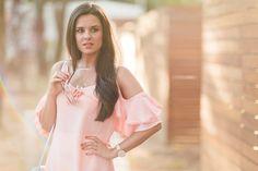 Pink blouse white pants bolso azul Coach blue handbag Crimenes de la Moda blog Maria Jesus Garnica Navarro