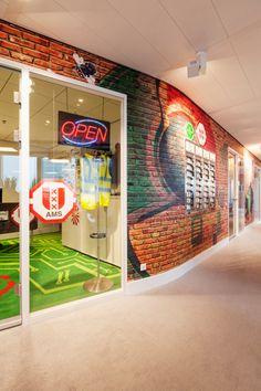 #Office #tuesday- Google Amsterdam. De #muren zitten vol met #graffiti, en de open plafonds met de openliggende buizen geven een gave #industriële #look.