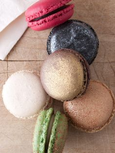 Pavillon Ledoyen 12 macarons in assorted flavors including chocolate, lime yuzu, poppy chocolate and raspberry, licorice-vanilla, nougat-apricot, white chocolate and lemon. I love the sparkly look!