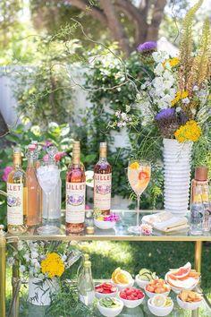 Make Your Own Spritzer Bar for Brunch! Creating a make-your-own spritzer bar is perfect for any brunch celebration and o Cocktails Bar, Refreshing Cocktails, Bar Drinks, Summer Cocktails, Summer Parties, Beverages, Breakfast And Brunch, Brunch Bar, Tequila Sunrise