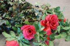 Plastikefeu und Rosen