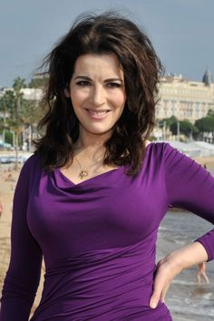 And why Nigella Lawson net worth is so massive? Nigella Lawson net worth is definitely at the very top level among other celebrities, yet why? Sexy Older Women, Sexy Women, Chef Nigella Lawson, Beautiful Old Woman, Domestic Goddess, Tv Presenters, Portrait, Curvy, Celebs