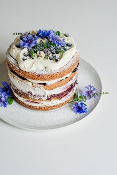 Naked cake in blue.