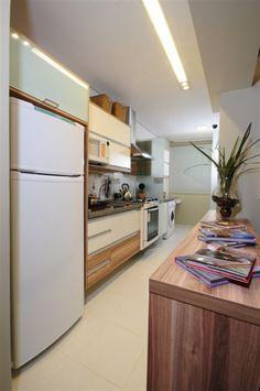 Cozinhas pequenas  são uma realidade atual .  ( Ponto mesmo)  Dá pra ser pequena e prática com a ajuda dos móveis planejados e também desape...