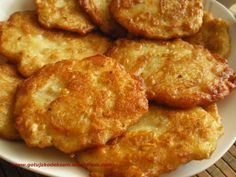 placki ziemniaczane: 380g ziemniaków zetrzeć na tarce zmiksować w mikserze z 20g mąki, jajkiem, dodać cebulę i opcjonalnie ser żółty i smażyć.