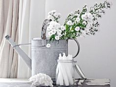 Witte bloemen in bloemengieter