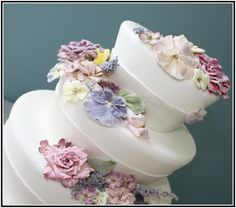 Detail of Victorian Floral featuring crystallized and edible flowers.    www.acakedream.com