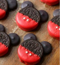 Mickey Mouse Oreos Mickey Mouse OREOS - a simple, cute and tasty treat to make with or for the kids for any occasion! Disney Desserts, Disney Food, Fun Desserts, Delicious Desserts, Dessert Recipes, Yummy Food, Disney Cakes Easy, Disney Cupcakes, Food Deserts
