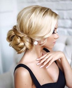 30 Awesome Wedding Bun Hairstyles Bun hairstyles are the most popular wedding hairdos. They are good for different hair length. Get inspired with our collection of wedding bun hairstyles. Summer Wedding Hairstyles, Bride Hairstyles, Pretty Hairstyles, Hairstyle Ideas, Hairstyles Pictures, Hairstyle Wedding, Glamorous Hairstyles, Bridesmaid Hairstyles, Chignon Wedding