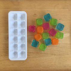 Ehhez a játékhoz színes jégkockákra (én a Butlersből szerezem be), jégkocka tartóra, papírra és filctollakra lesz szükségetek😄 Rajzoljatok a képeken láthatóhoz hasonló kártyákat annyi négyzettel, ahány rekesze van a jégkocka tartótoknak!😊 Könnyíthetitek is, ha csak feketére színezitek a négyzeteket!😉 #gyereketető #gyerek #ötlet #játék #fejlesztés #fejlesztőjáték #nyár #anyavagyok #gyerekkelvagyok Cube, Instagram
