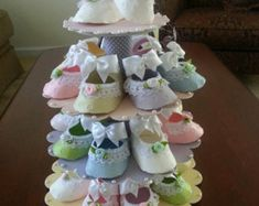 Baby Shower Shoe Favor Stand With Shoe Favors Shower Favors Shower Centerpiece Baby Shower Favors Baby Shower Shoe Favor Stand With Shoe Favors Shower Favors Shower Centerpiece Baby Shower Favors Sara Zavaleta nbsp hellip Shower distintivos moldes Baby Shower Unique, Baby Shower Fun, Baby Shower Favors, Baby Shower Themes, Baby Shower Gifts, Girl Shower, Regalo Baby Shower, Baby Shower Diapers, Baby Shower Decorations For Boys