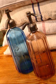 sifones de toda la vida Bottles And Jars, Glass Bottles, Vintage Love, Vintage Decor, Exterior Design, Interior And Exterior, Blue Bottle, Soap Dispenser, Liquor