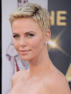 """Charlize Theron hat ihre Frisuren schon oft gewechselt: Erst schnitt sie sich 2012 die Haare für ihre Rolle in """"Mad Max: Fury Road"""" raspelkurz - und präsentierte dann bei der Oscar-Verleihung 2013 einen adretten blonden Kurzhaarschnitt, der nur wieder beweist, dass Kurzhaarfrisuren auch unglaublich weiblich sind."""