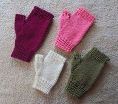 Check out this super easy pattern for knitting fingerless gloves! Check out this super easy pattern for knitting fingerless gloves! Baby Knitting Patterns, Knitted Mittens Pattern, Fingerless Gloves Crochet Pattern, Fingerless Gloves Knitted, Crochet Mittens, Knitting Blogs, Easy Knitting, Hat Patterns, Loom Knitting