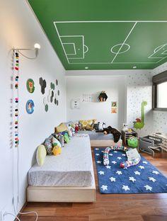 Muitas peças @amomooui nesse projeto da Pro.a Arquitetos que encheu as paredes de adesivos Memphis e colocou a régua de altura Dragon para personalizar o ambiente. Na cama uma mistura de estampas com peças mais claras que deu um tom mais neutro para o ambiente. E esse teto de campo de futebol? Super criativo! #quartomoderno #kidsroom #futebol #colorido #lúdico #amomooui #quartodemenino