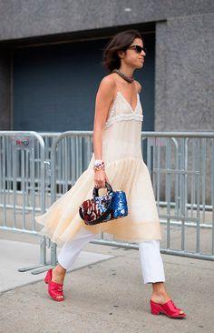Street style look vestido com calça.