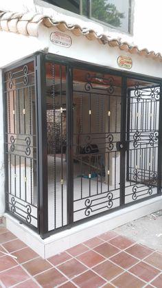CERRAJERIA ORNAMENTACION Y ESTRUCTURAS METALICAS - fa-bi-43s jimdo page! Grill Gate Design, Window Grill Design Modern, Balcony Grill Design, Balcony Railing Design, Iron Gate Design, House Gate Design, Window Design, Balcon Grill, Wrought Iron Doors