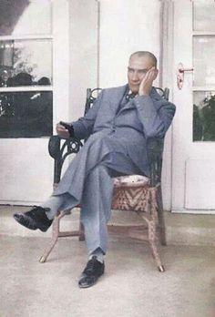 kaygıyla bu günlerimizi izliyor Atam...ama, üzülme Atam..hepimiz Mustafa Kemaliz..