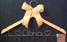 Cabide personalizado com laço de organza bege. #aramedeideias #cabidepersonalizado #casamento #noivas #laço #vestidodenoiva