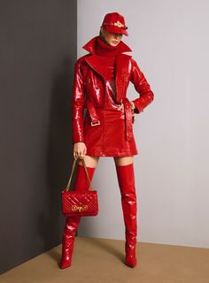 See the full Pre-Fall 2018 collection from Versace. See the full Pre-Fall 2018 collection from Versace. Dolly Fashion, Red Fashion, Leather Fashion, Look Fashion, Fashion News, High Fashion, Womens Fashion, Fashion Design, Fashion Trends