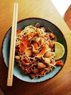 Ázsiai ihletésű tészta 🍜🇲🇾 (padthai) Cookie Cups, Pasta Salad, Lime, Cookies, Ethnic Recipes, Food, Cilantro, Crab Pasta Salad, Crack Crackers