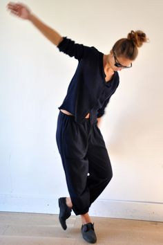 Simple Black - loose pants and cardi Cozy Fashion, Fashion Outfits, Black Harem Pants, Sweatpants Style, Frock And Frill, Tomboy Chic, Mein Style, Loose Pants, Street Style Summer