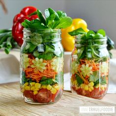 A picnic can be healthy and vegetarian! These ideas will give you inspiration for a meat free (or even vegan) picnic with food that's easy to bring along. Healthy Picnic Foods, Vegan Picnic, Salad In A Jar, Foodie Travel, Cherry Tomatoes, Lettuce, Cucumber, Carrots, Vegetarian