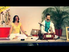 Mantra Klangyogastunde mit dem beliebten Sänger Sundaram, angeleitet von Katyayani, Yogalehrerin bei Yoga Vidya Bad Meinberg. Die Aufnahme wurde gemacht während des Yoga-Vidya Musikfestivals im Mai 2012. Mehr Informationen zu Yoga, Meditation und Ayurveda. http://mein.yoga-vidya.de/video/mantrayogastunde-mit-sundaram