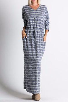 Повседневное платье с V-вырезом горловины цвет темно-синий Длинное повседневное платье в полоску с длинным рукавом, V-образный вырез горловины, прорезиненный пояс, карманы по бокам платья. https://www.fashionusa.ru/upakovki/povsednevnoe-platie-s-v-virezom-gorlovini-5104