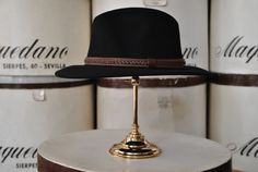 Indiana con cinta de cuero, color negro. Indiana hat with leather ribbon, black colour.