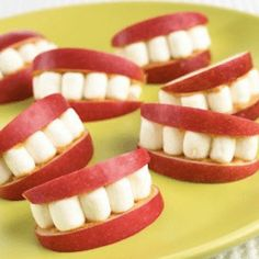 Easy snack for kids- apple slices, peanut butter, marshmallows. May have to do this for a preschool snack! Cute Food, Good Food, Yummy Food, Snacks Für Party, Kid Snacks, Snacks Ideas, School Snacks, Classroom Snacks, Healthy Snacks