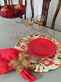 Sousplat bola de natal , guardanapo ramo dourado e PG butterfly, uma ótima sugestão de presente. Tiered Cakes, Table Decorations, Furniture, Home Decor, Art, Gift Suggestions, Napkin, Xmas, Mesas